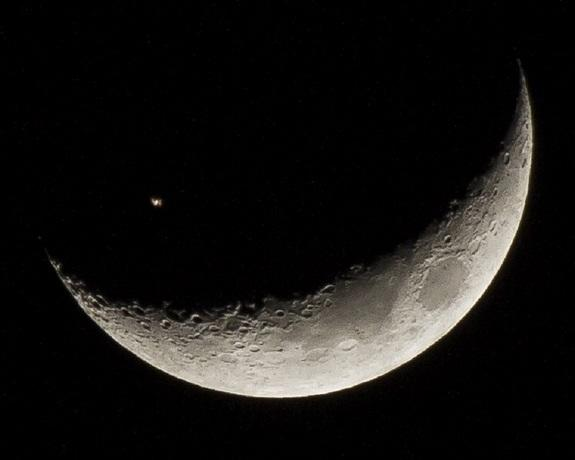 Wow!_Space_Station_Crosses_Crescent-2e3835a05e672bdfa45c884706b116e3