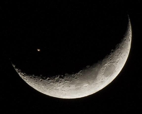 Wow!_Space_Station_Crosses_Crescent-2e3835a05e672bdfa45c884706b116e3